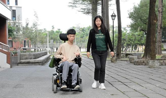 屏大新鮮人蔡東霖(左)在母親王淑萍陪伴下,開心體驗大學生活。(林和生攝)