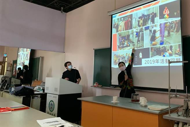 林青玫主任回顧亞大學生參加2019海峽兩岸時尚創意節活動情景。(圖/長江盃金裳獎執委會提供)
