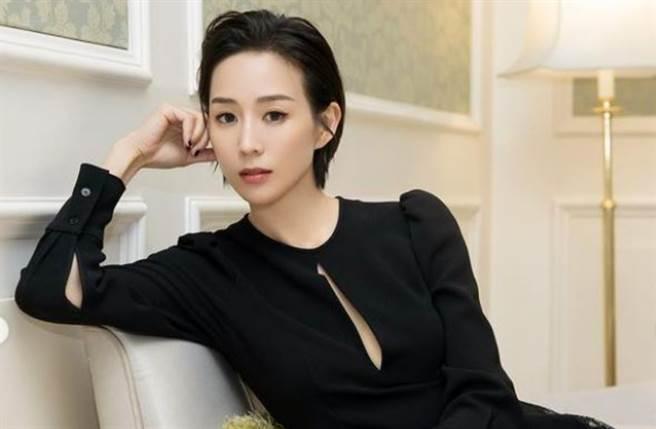 張鈞甯穿上正面開出一條縫的黑色長袖連衣裙展現好身材。(圖/IG@ningchang_official)