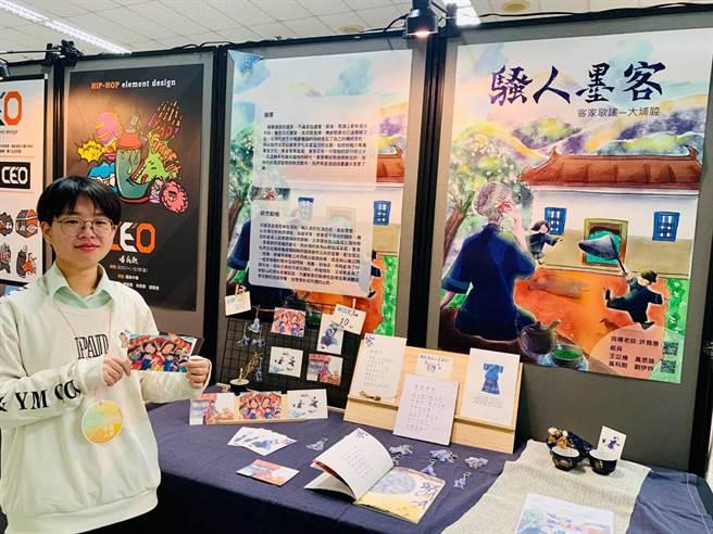 僑泰高中在校內舉辦三年級設計群的年度專題製作成果展,其中「騷人墨客」以清新繪畫的方式,介紹客家文化。(僑泰高中提供/黃國峰台中傳真)