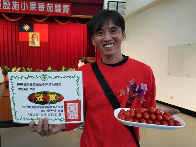 嘉義縣民雄鄉農友徐立晨連3年參加全國小果番茄競賽,今年終於一舉奪冠。(劉秀芬攝)