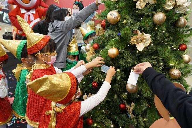 今晚在遠百嘉義B1舉辦「暖心聖誕,好禮相送」公益活動。(嘉義遠東百貨提供∕呂妍庭嘉義傳真)