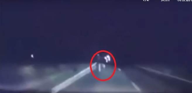 行車紀錄器拍到鬼影 白色雙腿過馬路「上半身消失」(圖片截自影片)