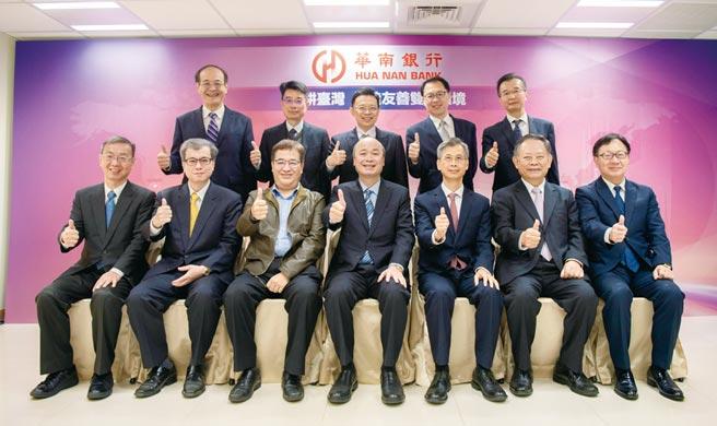 華南銀行展現雙語示範分行推動成果,22日至北高雄分行視察。 圖/華南銀行提供