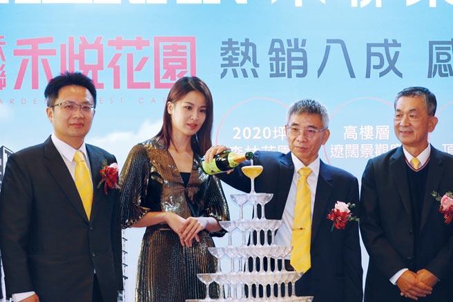 禾聯碩董事長蔡金土(右二)、藝人曾沛慈出席「禾悅花園」熱銷記者會。圖/業者提供