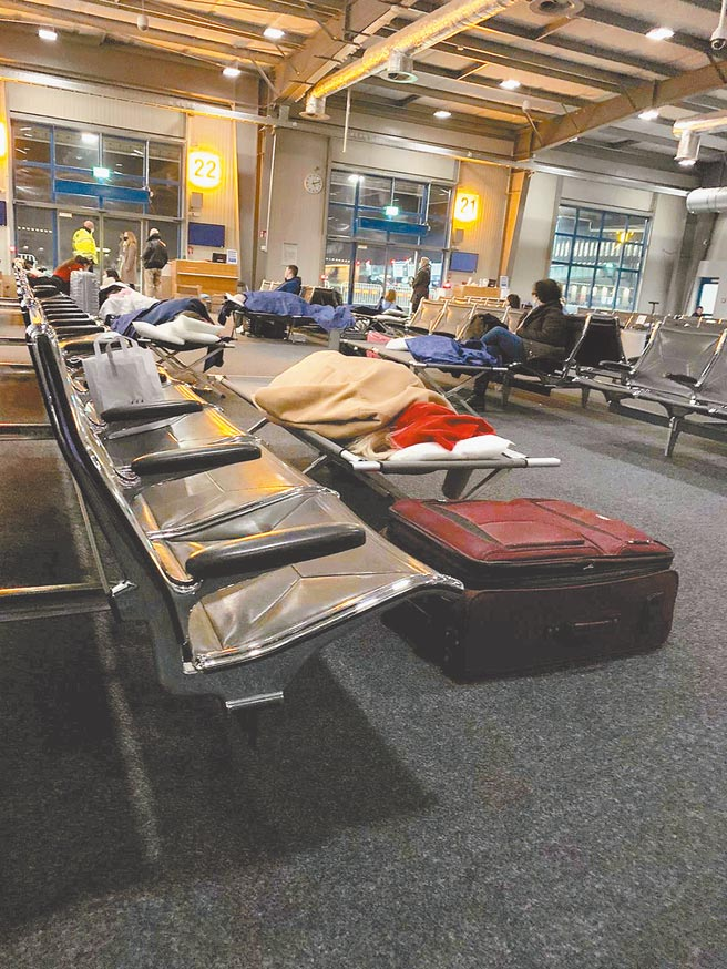 英國發生新冠變異病毒,歐洲各國如臨大敵,禁止英國旅客入境,圖為來自英國希斯洛機場的乘客夜宿德國漢諾威機場。(路透)