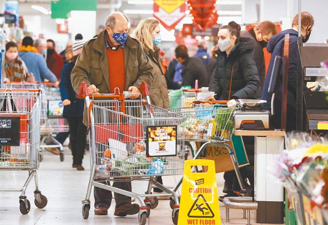 英国病毒变异引起恐慌,已提升防疫措施到第4等级。图为伦敦民眾挤满第二大超市Sainsbury's抢购物资,应付可能被禁锢在家。(路透)