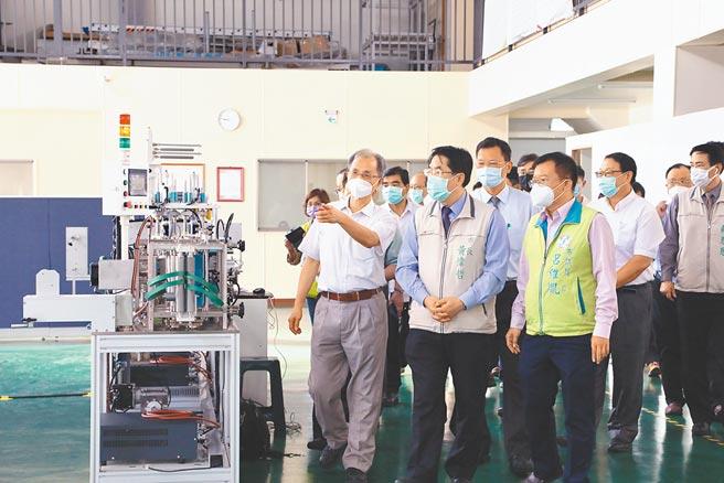 台南市長黃偉哲(左二)今年9月曾參訪東建安並頒贈感謝狀。(台南市政府提供/曹婷婷台南傳真)
