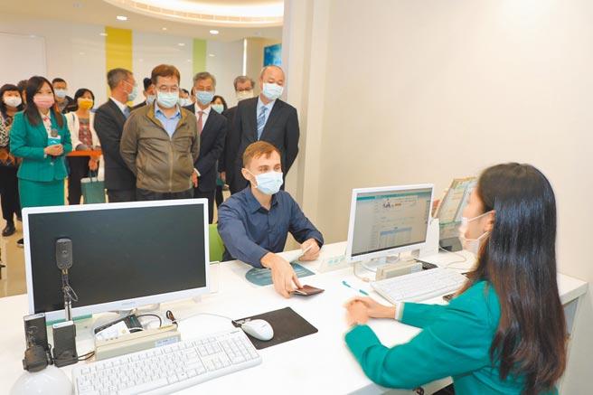 玉山銀行左營分行行員具備英語溝通能力,提供外籍顧客友善的雙語金融服務。(玉山銀行提供)