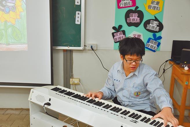 頭份國中特教班9年級學生陳秉彥是個音樂奇才。(謝明俊攝)