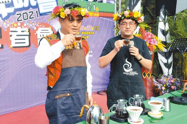 三地門鄉長Cemelesai(左)認為鄉裡咖啡豆不輸其他鄉鎮,將以競賽方式找出隱藏版達人。(林和生攝)