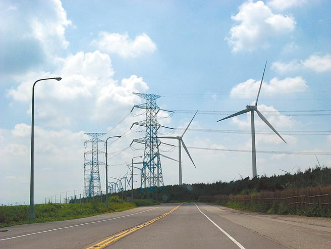 云林沿海地区将设百座陆上风机,「四湖反风吹自救会」抨击9成民眾不知情。图为云林县麦寮乡台电风机。(张朝欣摄)