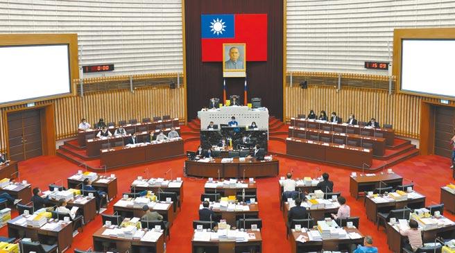 高雄市議會因藍綠議員出席狀況不佳,總預算審查篤定無法在定期會審完,預計明年1月加開臨時會。(林宏聰攝)