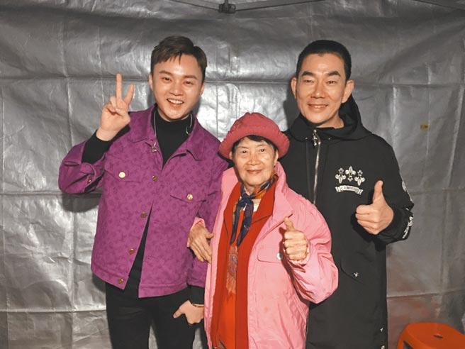 許富凱(左)日前在活動後台跟任賢齊的媽媽(中)開心合照。(凱聲影藝提供)