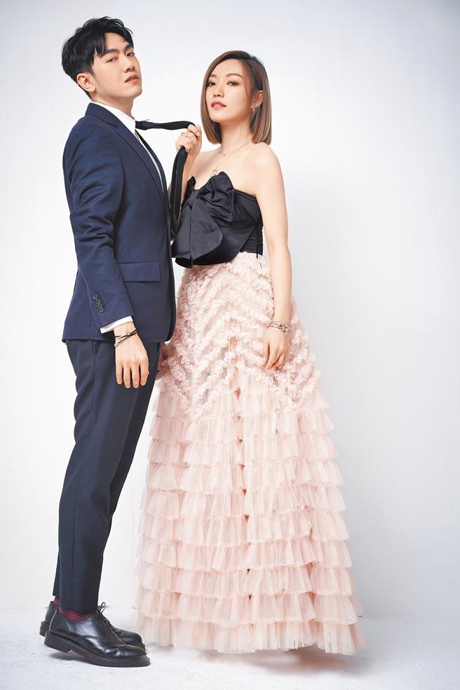 閻奕格、李友廷(左)拍攝時尚專題,演繹出另類婚紗感,在棚內演起肉食女草食男戲碼。(攝影/JOJ PHOTO.服裝提供/REDValentino(閻)、Ferragamo(李))閻奕格佩戴Pandora Rose星鑽雪花串飾3280元、璀璨之心戒指3680元、璀璨之心項鏈5380元、璀璨星辰鏤空串飾2080元、璀璨星鑽手鏈5380元、Icons粉色鋯石皇冠O項鏈環3280元、T釦蛇鏈手鏈6880元、Signature交疊環圈鋯石戒指3980元、閃耀鋯石固定釦2480元、禮物結925銀愛心吊飾2080元、聖誕裝飾雙色吊飾2480元、璀璨藍星925銀手鏈3680元。李友廷佩戴Pandora雙圈皮繩手鏈2380元、Signature 925銀皇冠O飾釦手鏈3280元、銀海藍水晶皇冠O串飾3280元、銀閃耀鋯石固定釦2080元、銀鏤空愛心串飾1280元。
