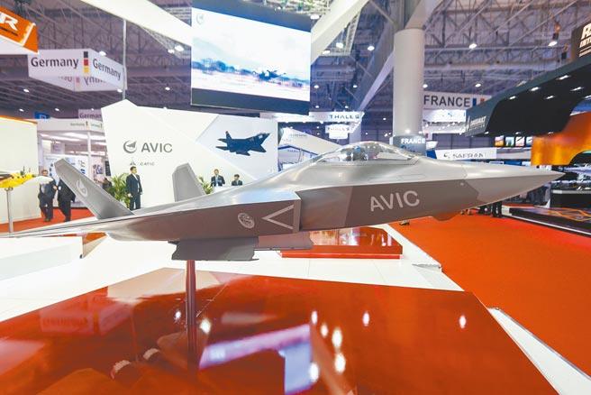 中國航空工業集團展示FC-31「鶻鷹」戰機模型。(新華社資料照片)