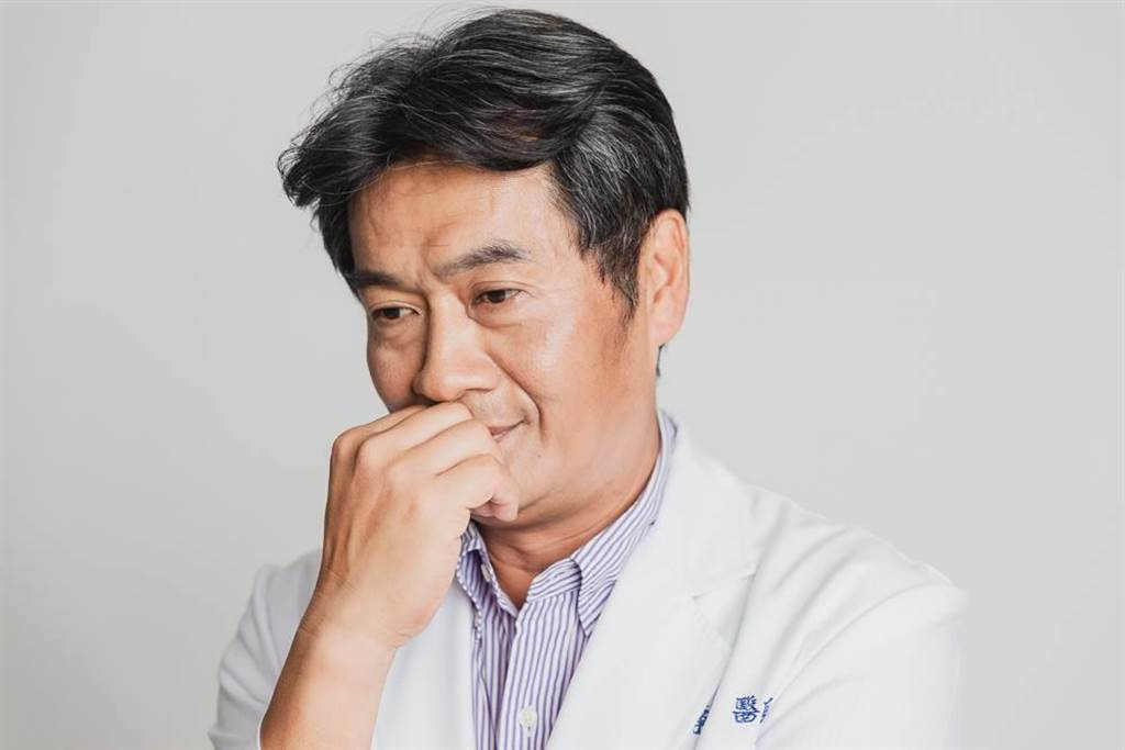 獸醫、台北市議員楊靜宇認為,營養不良不會造成牛隻密集死亡,應懷疑是否毒性物質或傳染病影響。(圖/摘自楊靜宇臉書)