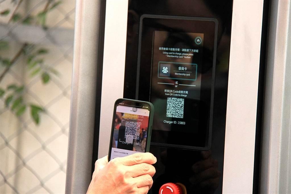 台灣保時捷提供每位Taycan新車主24個月享有6,000 kWh總電量(也就是六千度電)免費快充的服務,欲進行快充時,需使用保時捷充電App掃描ID二維碼即可進行。此款APP還附有可尋找充電站、查詢充電樁空位、充電相關路線規劃的智慧型導航,並且可追蹤充電紀錄以及分享給一位親友使用。另外,為了能讓充電站盡可能讓所有客戶使用,來節省寶過時間。即時的充電狀態除了能透過App查詢之外,充滿電後車主另有15分鐘的取車緩衝時間,若超時會被收取費用。