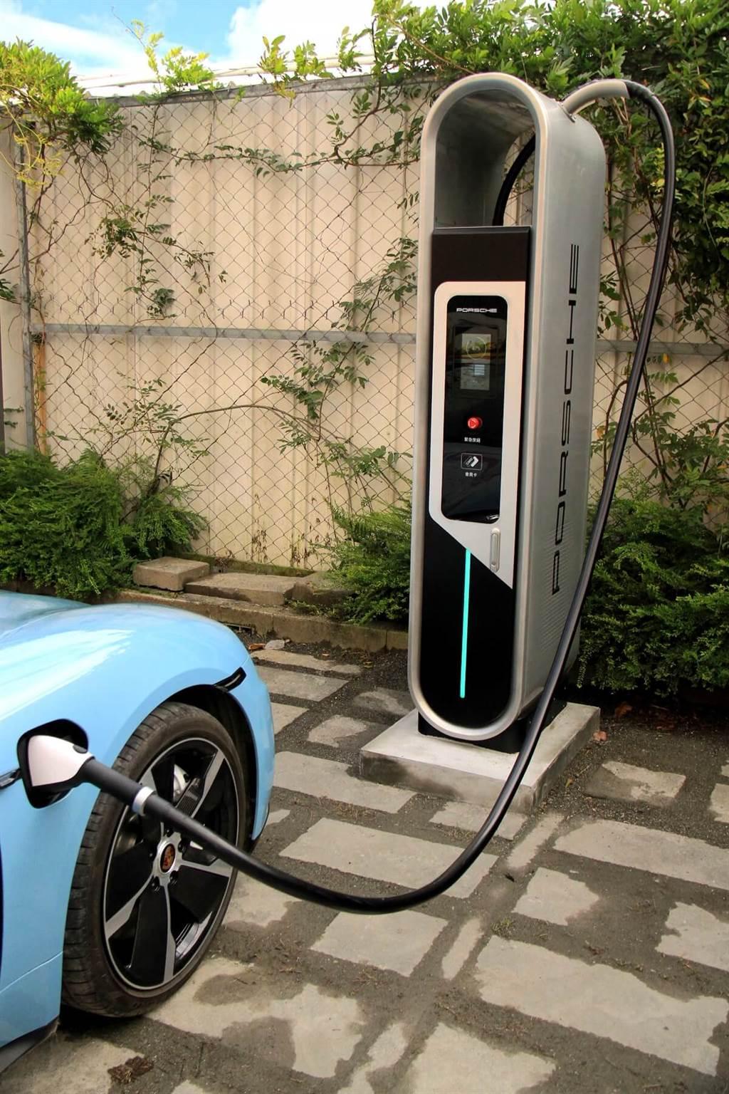 針對台灣市場Porsche Taycan產品規格支援Type 1(美規)AC交流電充電,與CCS1規格DC直流電快速充電,目前與全國超過1,500座公共交流電充電設施相容;台灣保時捷同時根據品牌消費客群生活形態佈建Destination Charging目的地充電網,預計於2020年底在全台50個地點完成設置100支充電樁,地點包含高爾夫球場、高級渡假酒店…等,而2021年的目標:直流快充站將從現在的15座增加至50座;全台灣Porsche的充電站總數也將達到100座。