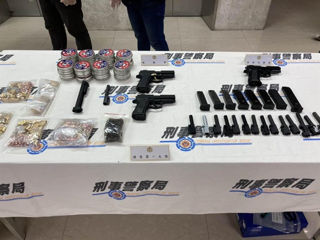 警方實施全國肅槍專案,共查獲85支黑槍等贓證物。(林郁平攝)