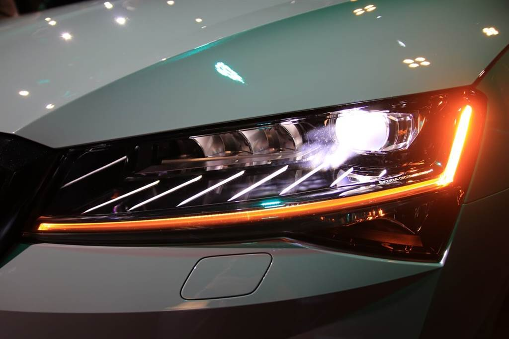 Skoda Superb Matrix LED智慧複眼頭燈 讓您盡享最絢麗、最安全的行車夜晚