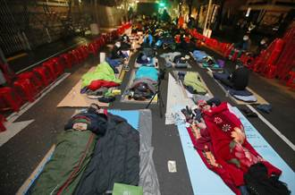 國民黨團立委夜宿在立法院外