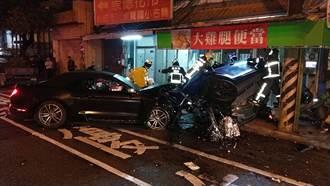 台中2車連環撞成廢鐵 爆衝進便當店騎樓 釀2傷