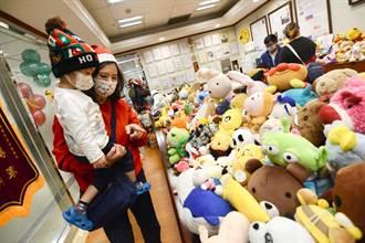 高雄長庚川崎症中心送暖 病童選玩具不哭了