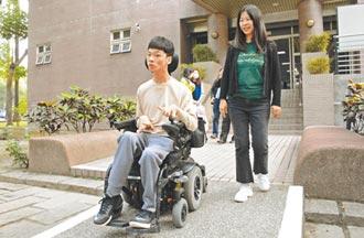 身障生蔡東霖 母愛伴讀大學生活