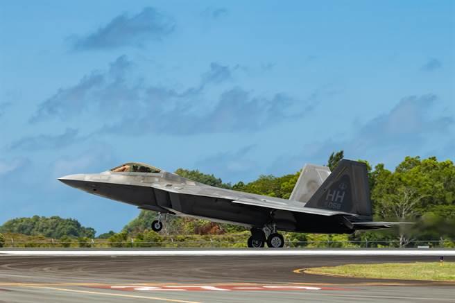 美空軍矢言2021年將擴大彈性戰鬥部署,以反制大陸在南海不斷的展現實力。圖為F-22於帛琉進行起降訓練。(圖/DVIDS)