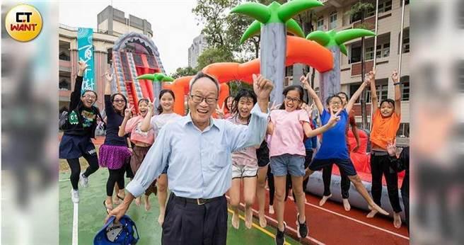 12月8日適逢高雄三民國小百年校慶,何爺爺的跳跳屋,如台版「霍爾的移動城堡」,帶給小朋友無限歡樂。(圖/宋岱融攝)