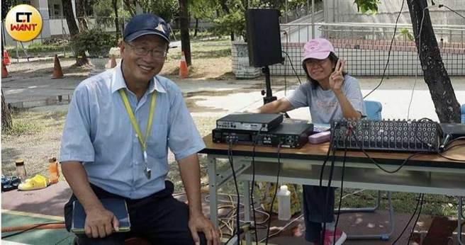 何爺爺跳跳屋巡迴各偏鄉都是校長兼撞鐘,他的妻子郭嘉喬還要充當活動DJ。(圖/何茂成提供)