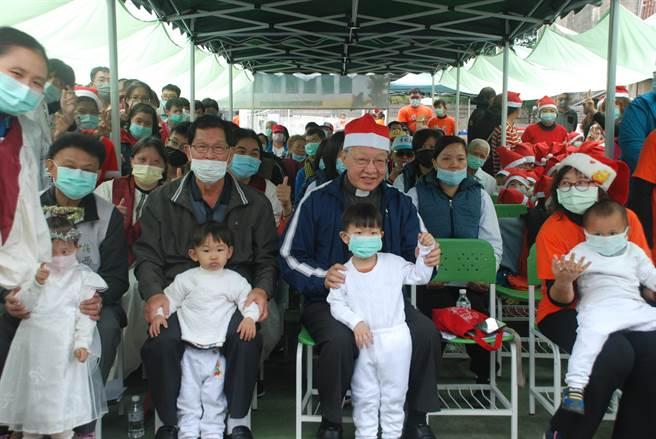 天主教德蘭啟智中心邀請台南楠西在地的佳安幼兒園與吉兒堡幼兒園,以及楠西社區長者,在楠西幸福小站和德蘭師生歡慶聖誕。(德蘭啟智中心提供/劉秀芬台南傳真)