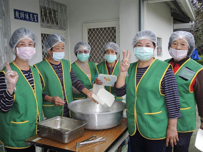 楠西小站長者志工們特地為慶祝活動準備的美味餐點。(德蘭啟智中心提供/劉秀芬台南傳真)