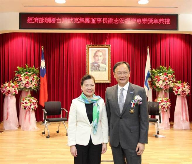 (台灣默克集團董事長謝志宏(右)榮獲經濟部部長王美花(左)頒贈經濟專業獎章。圖/台灣默克提供)