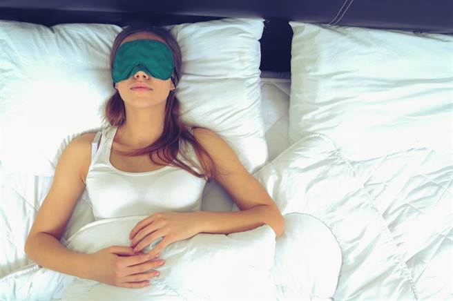 即使無法讓環境全暗下來,適時戴上眼罩,有助培養暗黑感。(示意圖/Shutterstock)