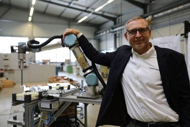協作型機器人領導廠商Universal Robots宣布其協作型機器人的銷售量已達到5萬台里程碑,Universal Robots總裁Jurgen von Hollen親臨現場交付以見證此重要使命。(圖/廠商提供)