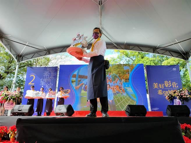 近來因疫情積極表現受到「中央」關注的衛生局長葉彥伯,一出場就受到台下觀眾熱情掌聲,為其加油打氣。(吳建輝攝)