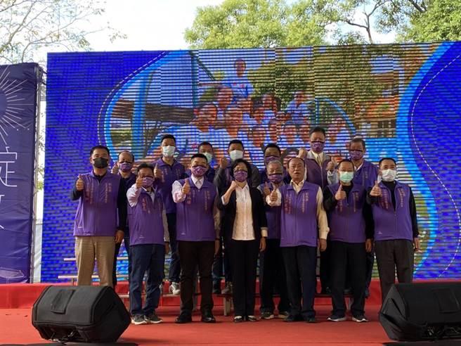 彰化縣村里長聯合服務總會長何炳樺(左3),也帶領會員代表們現身力挺王惠美。(吳建輝攝)