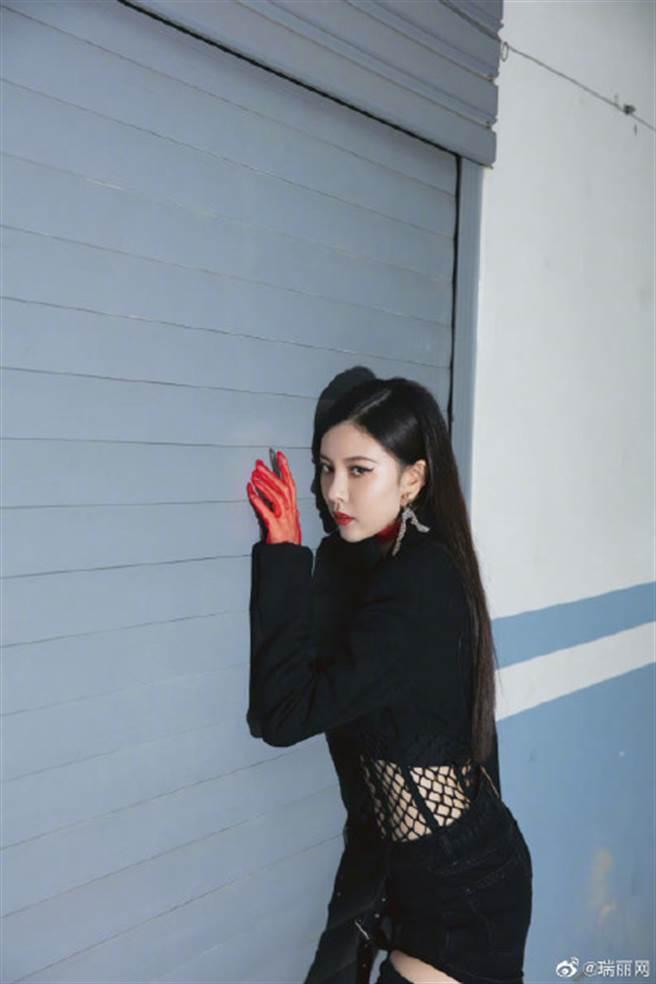 宋妍霏更戴上紅色頸鍊與薄紗手套打造出層次感,手拿鮮豔的紅蘋果,化身暗黑女巫。(圖/摘自微博@瑞丽网)