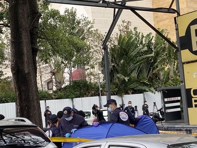 台中市警察局第六分局偵查隊長高嘉陽表示,早上十一點左右,第四台的人員在整理水溝下面的電纜線時,發現疑似有一具屍體。(盧金足攝)