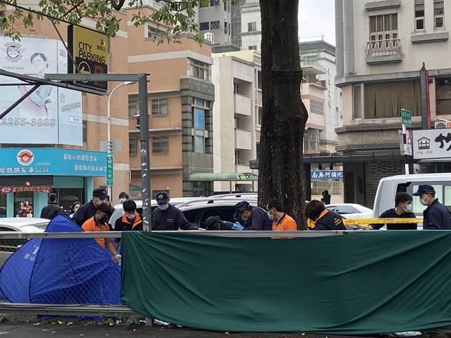 台中市七期豪宅區24日上午發現一名男子塞在人行道的水溝,研判已死亡三周時間。(盧金足攝)