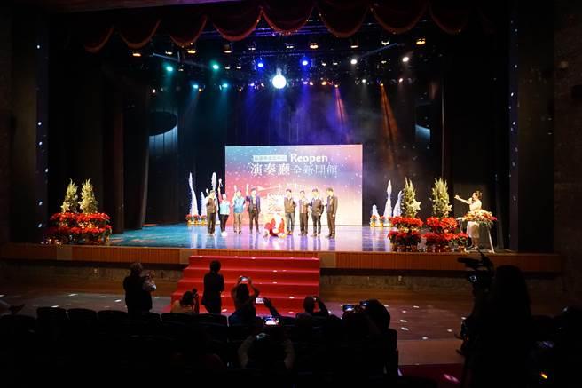 台中市葫蘆墩文化中心演奏廳重新開館,與會貴賓打開禮物盒,象徵獻給市民耶誕禮物。(王文吉攝)