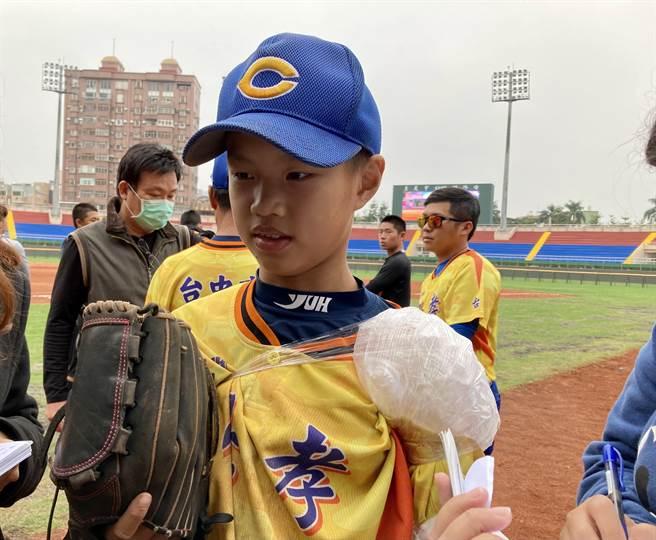 台中忠孝王牌投手鄭右宏今年幫球隊拿到4座冠軍。(鄧心瑜攝)