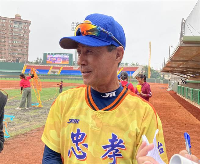 台中忠孝總教練賴朝榮感動表示,帶隊20年終於拿到諸羅山盃冠軍。(鄧心瑜攝)