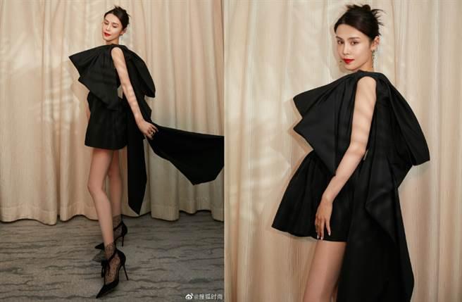 韓丹桐除了穿上短裙大秀美腿,更搭配Jimmy Choo蕾絲高跟鞋,把整體比例襯托得更修長。(圖/摘自微博@搜狐时尚)
