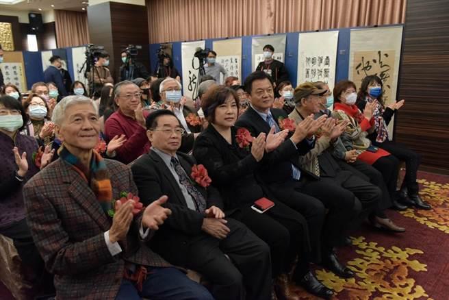 台北現場文化大師、嘉賓雲集,透過雲端與北京文化大師線上分享。(圖/梁忠儀提供)