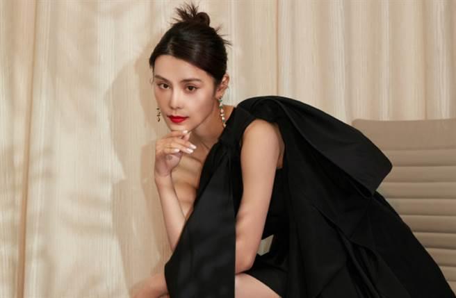 大陸女星韓丹桐以清新外貌及高雅氣質走紅,曾古裝劇《如懿傳》中飾演後宮悲情美人「儀貴人」。(圖/摘自微博@搜狐时尚)
