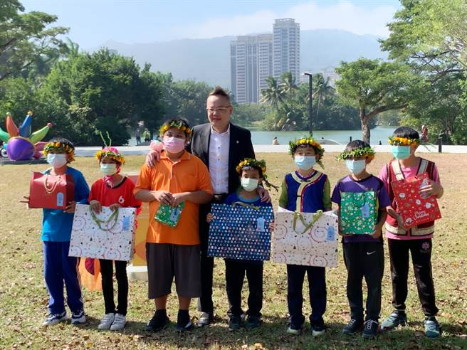 上揚國際建築團隊董事長林聰麟今天也特地化身「聖誕老公公」,送禮物給學童。(柯宗緯攝)