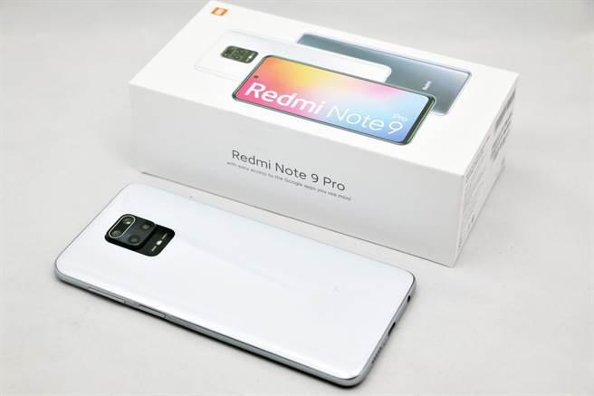 紅米(Redmi) Note 9 Pro手機與包裝盒。(黃慧雯攝)